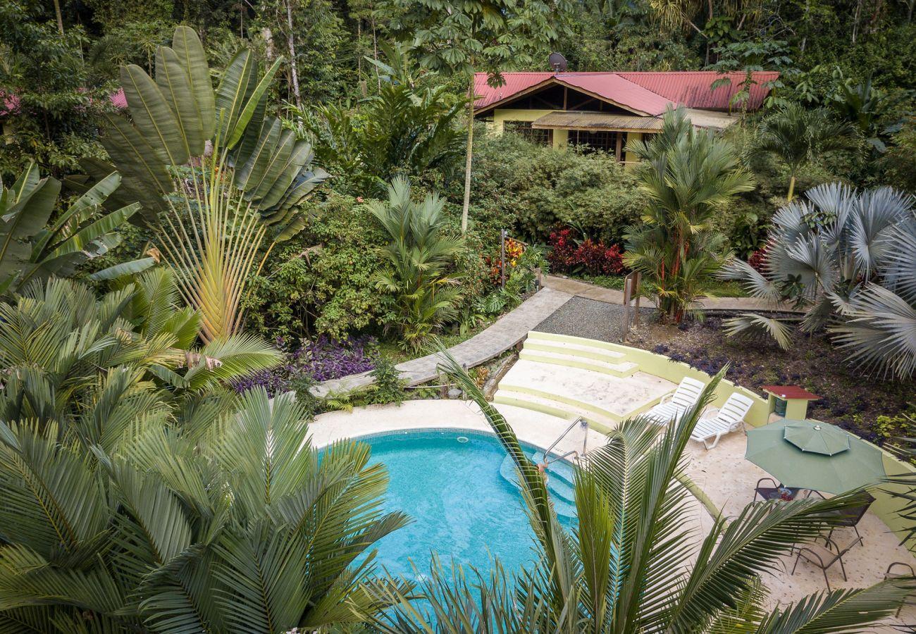 Villa en Cocles - Villa Rojiza: Luxury home con A/C, FibOp y piscina