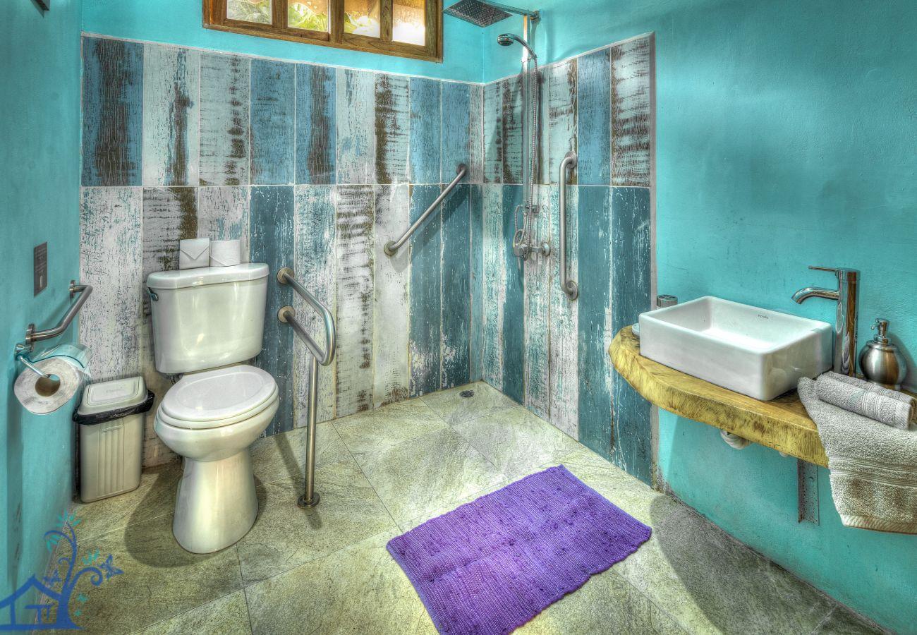 Casa en Puerto Viejo - Villa Seabreeze con Aire, Piscina y FRENTE al Mar!