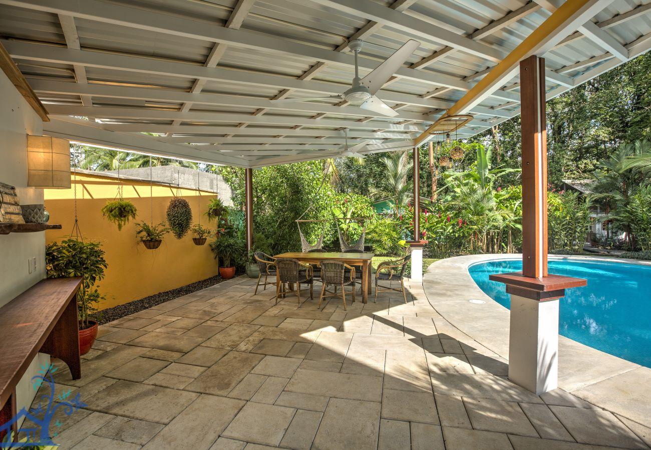 Villa en Playa Chiquita - Casa Bella, Bonita, & Sol con hermosa Piscina!