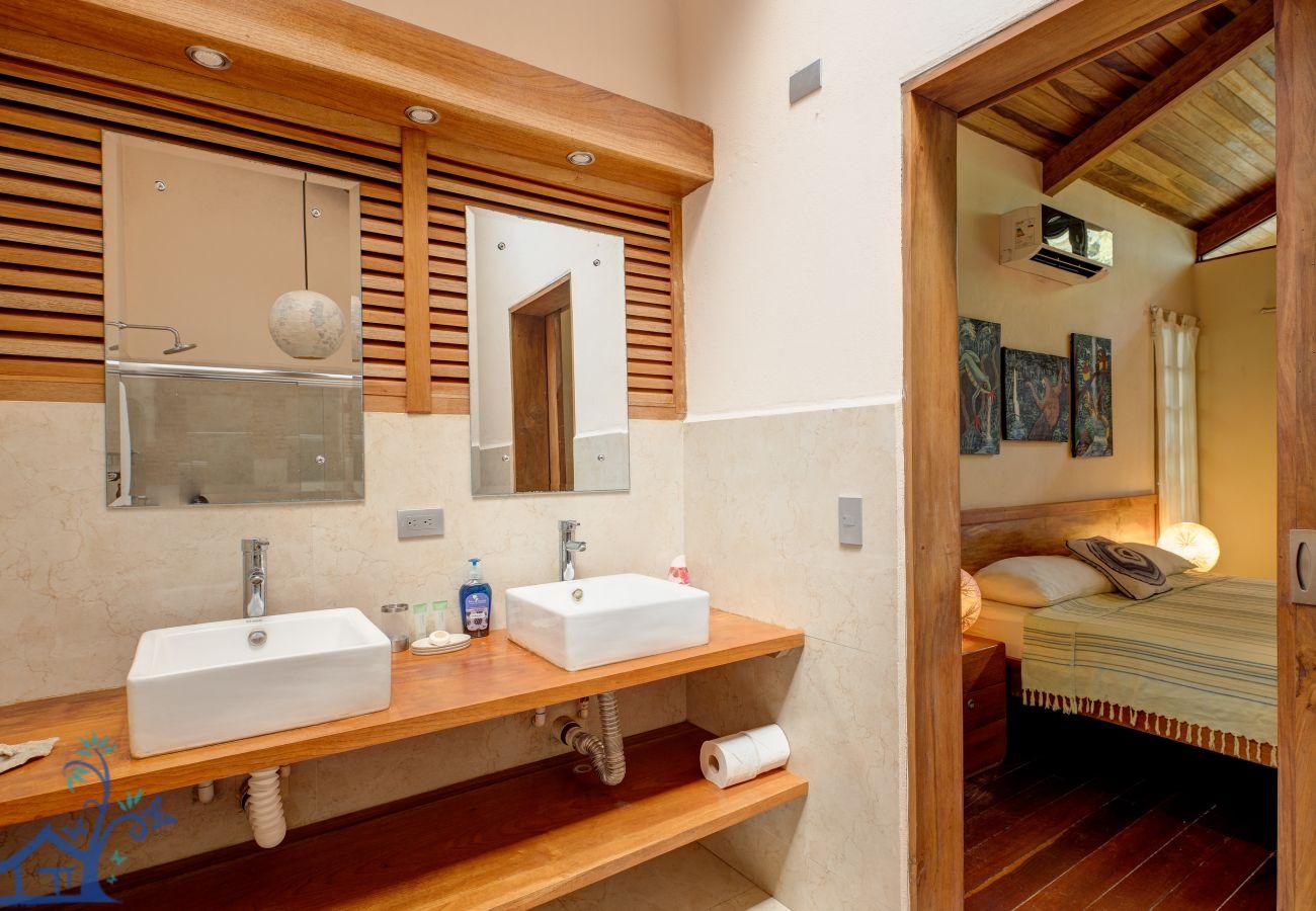 Villa à Cocles - Villa Rojiza: Luxury home with A/C, FibOp & Pool